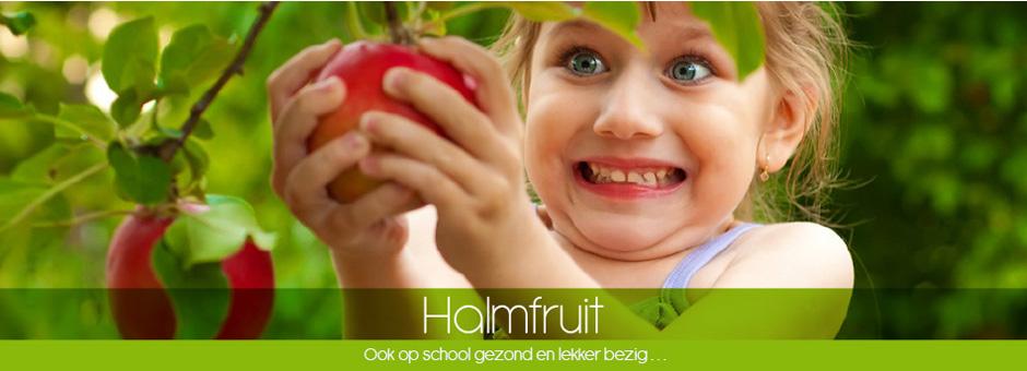 Meisje plukt appel